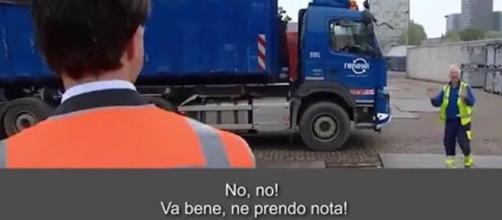 Il Premier olandese Mark Rutte risponde ad un camionista.