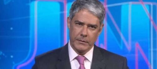 """William Bonner se emociona e não consegue encerrar """"JN"""". (Reprodução/TV Globo)"""