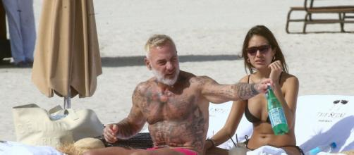 Gianluca Vacchi e Sharon Fonseca in spiaggia