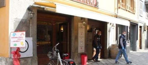 I carabinieri dei Nas escono dal Bar Roma dopo un controllo