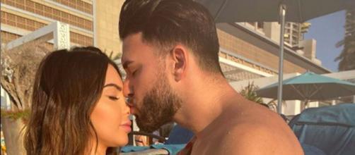 Nabilla et Thomas se sont réconciliés lors d'une soirée au bord de la piscine. Credit : Instagram/nabilla