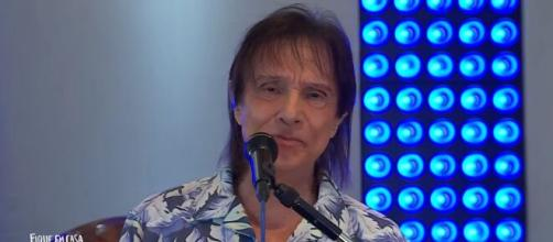 Roberto Carlos faz live especial de Dia das Mães com transmissão pela Globo neste domingo (10). (Arquivo Blasting News)