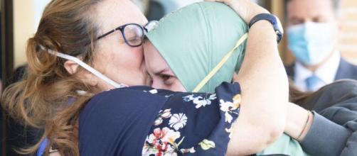 Silvia Romano è a casa, la madre l'abbraccia incondizionatamente