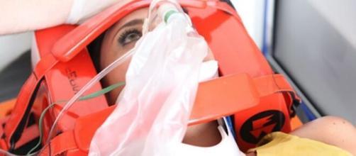 Marcela (Suzana Pires) na cena em que será socorrida após levar um tiro no peito na novela das nove. ( Reprodução/TV Globo )