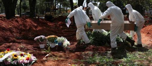 Autoridades têm pedido que pedido que pessoas não abram caixões de infectados. (Arquivo Blasting News)
