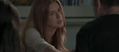 Eliza será proibida por Estelinha de comer em 'Totalmente Demais'. (Reprodução/TV Globo)