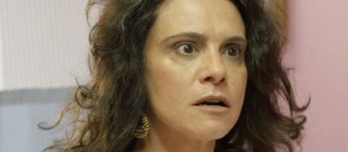 Malu Galli na sequência em que sairá correndo pelas ruas enrolada em uma toalha na novela das sete. ( Reprodução/TV Globo )