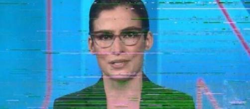 Renata Vasconcellos durante a pane técnica no Jornal Nacional; imagem e áudio ficaram instáveis na escalada. (Reprodução/TV Globo)