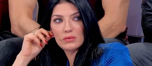 U&D, anticipazioni 14 maggio: Giovanna, gelosa di Alessandro, lo rincorre nel backstage.