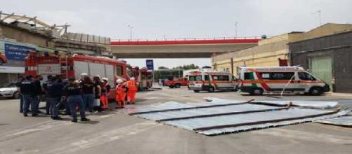 Bari, lamiere si staccano da uno stabile abbandonato in via Crispi: deceduta una donna