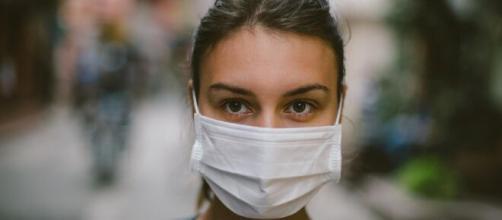 Coronavírus pode permanecer no ar por mais de 15 horas em ambientes fechados. (Arquivo Blasting News)