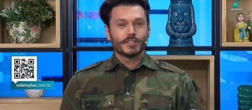 O apresentador não conteve as lágrimas ao anunciar a notícia. (Reprodução/RedeTV!)