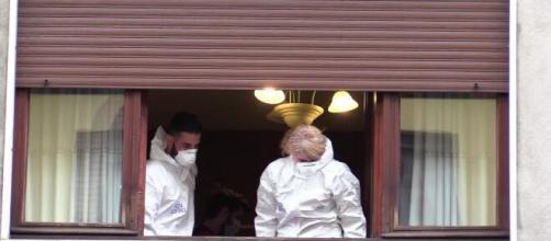 Silvia Romano, la scientifica per indagare sui 15 pezzi di vetro lasciati dal lancio di una bottiglia sulla finestra dei vicini.