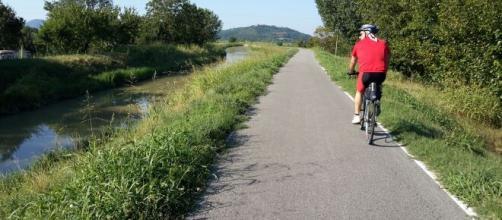 Vicenza, ciclista in solitaria sulla ciclabile con il figlio: multato perché senza mascherina.
