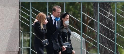 Carolina, junto a la presentadora de televisión, Ana Obregón y Alessandro Lequio en el último adiós a Álex Lequio.