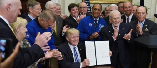 Donald Trump recibió la bandera de la Fuerza Espacial en la Oficina Oval - infobae.com