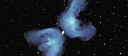Universo, un nuovo mistero da risolvere: due 'boomerang' luminosi escono da un buco nero.