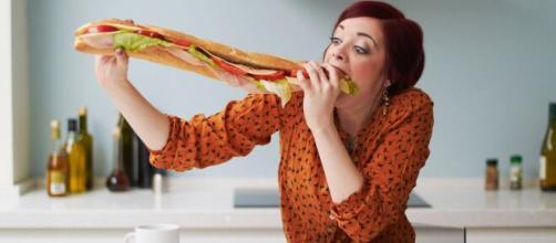 Comer depressa pode afetar diretamente o organismo. (Arquivo Blasting News)