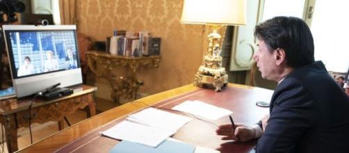 Conte con Speranza e Boccia in conferenza con i Presidenti delle Regioni.