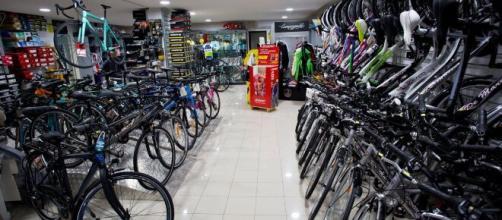 Un negozio di biciclette, molte le perplessità dei negozianti.