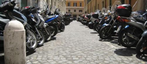 El ayuntamiento de barcelona presidido por Ada Colau prohibirá aparcar motos en las aceras - formulamoto.es