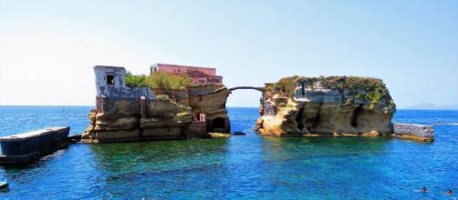 Il comune di Napoli chiude la Gaiola per evitare assembramenti in spiaggia.