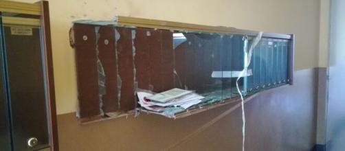 La cassettiera delle lettere del condominio di corso Tortona su cui è esplosa la bomba. carta