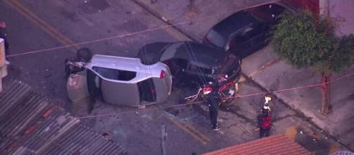 Carro capotou e moto ficou destruída. (Arquivo Blasting News).