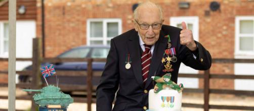 Aniversário de 100 anos de Tom Moore, o qual fez uma vaquinha de arrecadação ao sistema de saúde pública da Inglaterra. (Arquivo Blasting News)