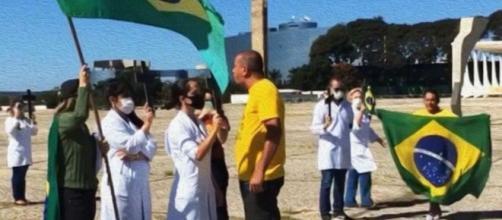 Apoiadores do presidente Jair Bolsonaro atacam enfermeiros durante manifestação. (Reprodução/Sindicato dos Enfermeiros do DF)