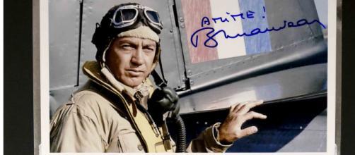 Bernard Giraudeau a incarné dans un film le rôle d'Antoine de Saint- Exupéry, en pilote de guerre. Crédit photo auction.fr