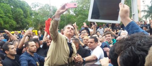 Bolsonaro cumprimenta apoiadores no posto de gasolina. (Arquivo Blasting News)