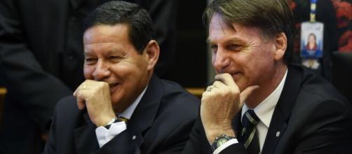 Bolsonaro fala com apoiadores. (Arquivo Blasting News)