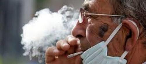 Fumar no protege del coronavirus.