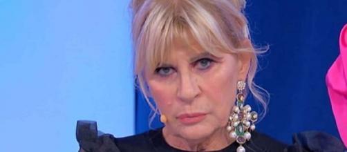 Uomini e Donne, una fan critica Gemma Galgani: 'Recita, un'anziana in cerca di visibilità'.