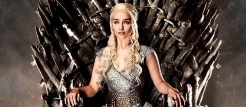Emilia Clarke deu via à personagem de Daenerys na série. (Reprodução/HBO)