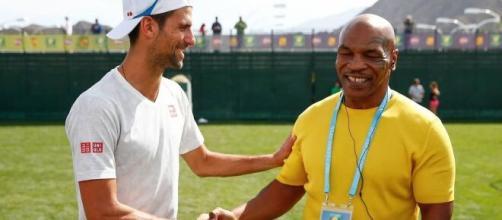 Novak Djokovic e Mike Tyson, stretta di mano tra due 'leggende'.