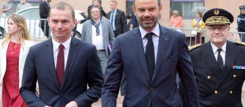 Olivier Dussopt (à gauche sur la photo), avec Edouard Philippe, a reconnu avoir reçu des cadeaux d'une entreprise privée, en échange de marchés