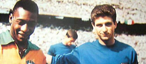 Pelé e Gianni Rivera prima dell'amichevole tra Italia e Brasile a San Siro nel 1963.