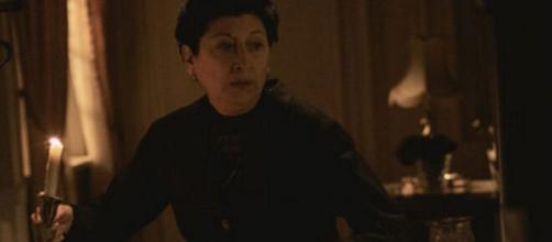 Una Vita, trame Spagna: Ursula si intrufola a casa di Genoveva in modo abusivo.