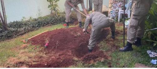 Corpo estava enterrado no quintal da casa. (Reprodução/TV Anhanguera)