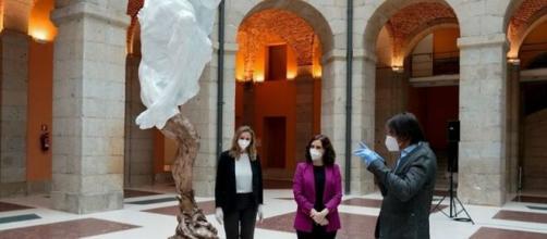 El escultor con la presidenta madrileña