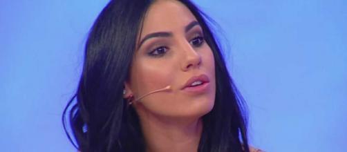 Giulia De Lellis sgrassa i capelli col detersivo.