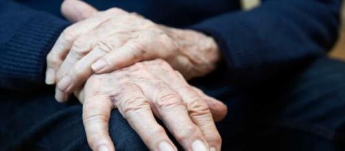 Homem de 82 anos é indiciado por homicídio após 'brincadeira sexual' terminar em morte. (Arquivo Blasting News)