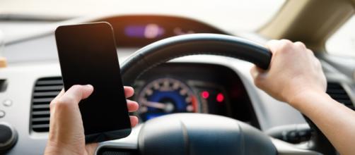 Il est désormais encore plus risqué d'être au téléphone en voiture. Credit: Pexels/Acharaporn Kamornboonyarush