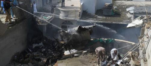 Pakistan, aereo precipita prima dell'atterraggio a Karachi su zona residenziale: a bordo 107 persone.