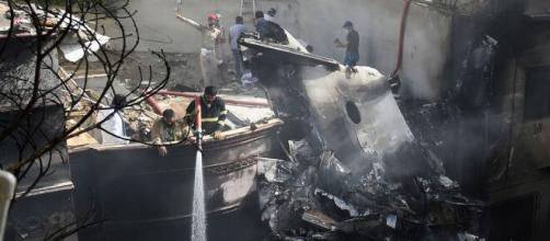 Incidente aereo in Pakistan: 97 morti e due superstiti