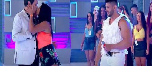 Celso Portiolli é beijado inesperadamente no quadro 'Xaveco' (Reprodução/SBT)