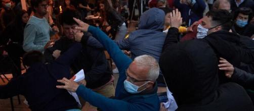 Imágenes de la pelea que hubo en la Plaza del Castillo (Pamplona) entre los abertzales y los ciudadanos de las terrazas
