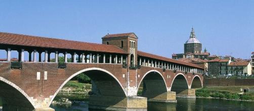 Pavia, giovane multato per un abbraccio a sorpresa alla sua fidanzata.
